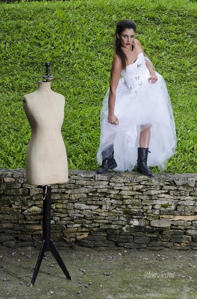 Robe de mariée blanche, dentelle, plume et tulle (esprit rock)