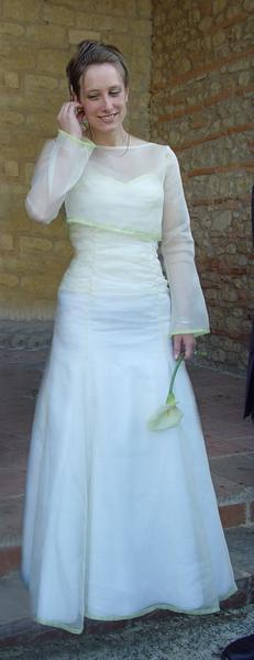 Robe bustier ornée d'un liseré vert au décolleté et à l'ourlet. Bustier drapé et faux boutonnage dans le dos. Boléro assorti.