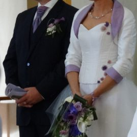 Robe de mariée blanche, bustier en doupion, fleurs parme, jupe en tulle