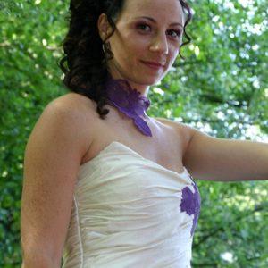 Robe de mariée en doupion de soie ivoire, ouverte sur jupon en organza de soie violet, ornée de dentelle violette