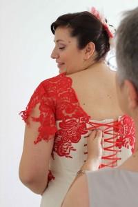 Robe de mariée bustier en taffetas ivoire avec dentelle appliquée rouge