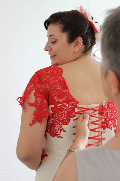Robe bustier en taffetas ivoire avec dentelle appliquée rouge
