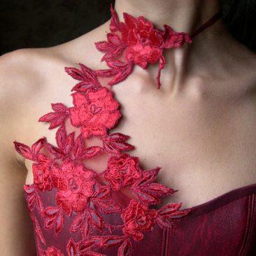 Robe de mariée rouge en simili cuir et dentelle