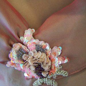 Détail : broderie de perles et paillettes