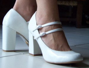 Chaussures à talon haut carré et brides à la cheville