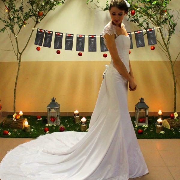 Robe de mariée en satin blanc, ornée de dentelle de Chantilly, avec grande traîne