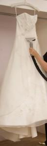 Le défroisseur vertical est pratique pour enlever les faux plis sur une robe de mariée.