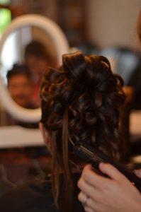 La coiffure est une part importante du budget mariée.