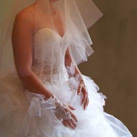 Robe de mariée blanche, bustier en transparence et dentelle, jupe en tulle