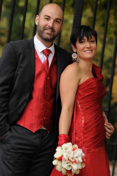 Robe de mariée rouge en taffetas, devant drapé, dos en transparence et guipûre, laçage sur le côté