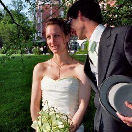 Robe de mariée champagne et vert anis