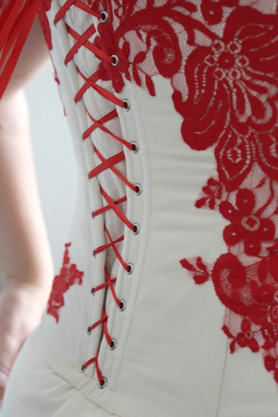 Robe bustier en taffetas ivoire avec dentelle appliquée rouge (détail dos)