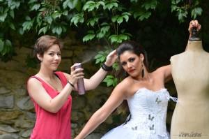Laura recoiffant Gaëlle pendant un shooting photo