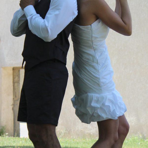 Robe de mariée courte en taffetas drapé, ornée de strass