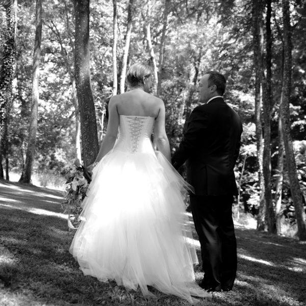 Robe de mariée blanche, bustier en doupion, fleurs parme, jupe en tulle. Boléro réversible assorti.